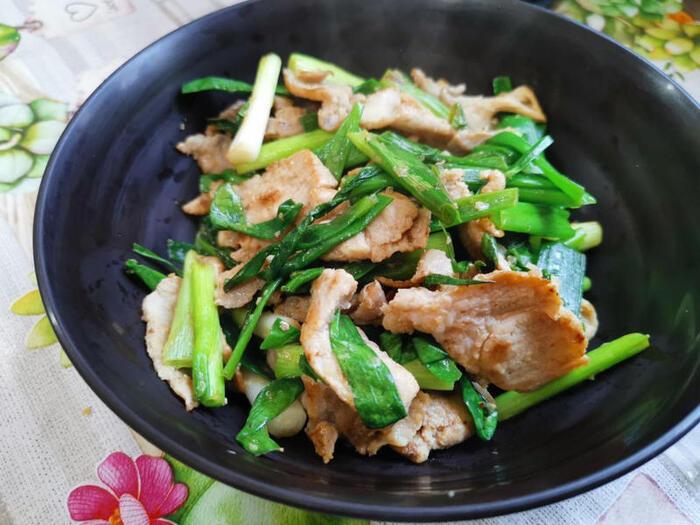青ネギ3束ほど、大量消費できる「豚肉と青ネギの塩バター炒め」です。バターとにんにくと塩気、そして豚肉の旨みが、青ネギ特有のクセをやわらげて、絶妙な味わいに。色合いも美しいですね。