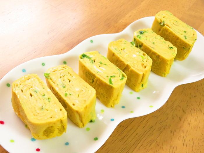 青ネギを使った人気レシピを挙げるなら・・外せないのが「卵焼き」。青ネギ入りの卵焼きは、黄色×緑が映えて、お弁当にもぴったり。青ネギはとても細かい小口切りなどにして、断面からきれいに見えるようにしましょう。