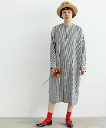 春らしいギンガムチェックのシャツワンピース。足元に黒ストラップシューズ&赤ソックスを合わせることで、遊び心のあるナチュラルガーリースタイルの完成です。