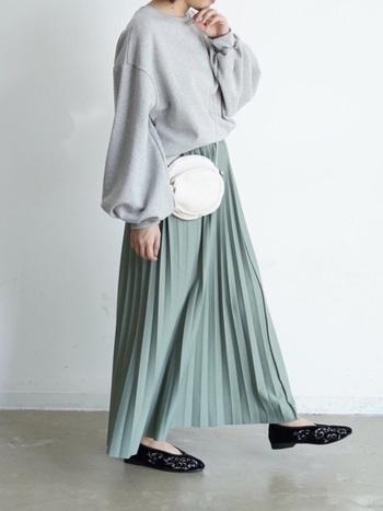 スウェットトップス×プリーツスカート、春の定番アイテムを使ったコーデ。バルーン袖やチャイナシューズがトレンド感をほどよくプラスしています。