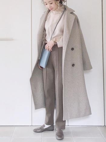 グレージュやブラウンなどくすみカラーで統一したワントーンコーデ。センタープレスのパンツとローファーは好相性◎シンプルながらも、エッジの効いたデザインや質感で説妙なニュアンスを演出しています。