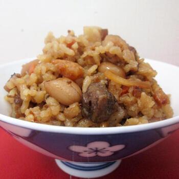 台湾のおこわ「油飯(ヨウファン)」。するめ・干し海老・干し椎茸・貝柱・豚肉などが入った、うまみ凝縮の名物おこわです。乾きものを水で戻し、お米とともに炒めてから戻し汁を加えて炊きます。濃厚なうまみがたまりません!