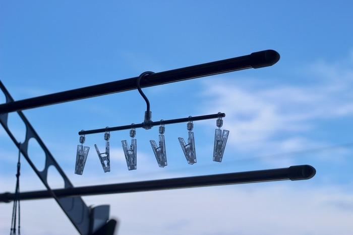 中でも人気なのが、6つのピンチがついた直線のピンチハンガー。「あと少しだけ干したい」というニーズに応えるアイテムです。洗濯はもちろん、キッチンやリビングでの収納シーンで活用している方も多いんですよ。