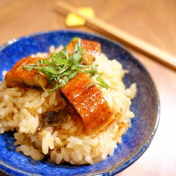うなぎは、端の部分などを米といっしょに炊き込み、真ん中のきれいな部分を飾り用に使います。スーパーのうなぎでも、至福のおこわができあがります。