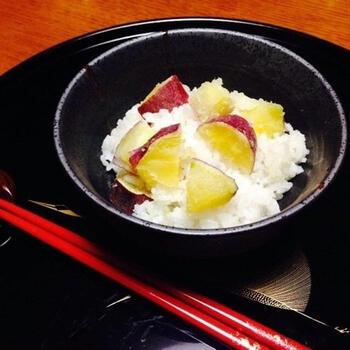 さつまいもも、おこわによく合う食材。こちらのレシピでは、栗のようなほくほく感と甘みが特徴の鳴門金時を使用。お米のもちもち感とのバランスが絶妙です。