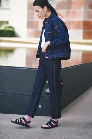 """靴下と合わせたスタイリングも定着している『Teva』のサンダルですが、新作の「オリジナル ドラド」も相性◎。 春のトレンドである""""デニム オン デニム""""には、スニーカーライクにサンダル×靴下で抜け感をプラスして楽しんで。ピンクの靴下がコーデの差し色になった、プレイフルでおしゃれな着こなしに。"""