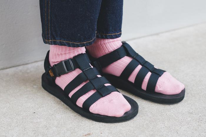 「オリジナル ドラド」は、足の甲を覆う複数のストラップが足へのフィット感を高め、衝撃を緩和するEVAフォームの軽量ミッドソールが快適な履き心地を与えてくれるアイテム。ブラックカラーは全体の印象を引き締めてくれます。