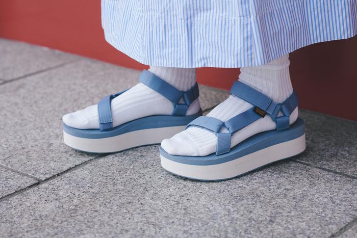 日本の伝統色のような、くすんだブルー。絶妙なニュアンスカラーは、足元をよりおしゃれに見せてくれます。素足で履いて、ネイルと色を合わせたスタイリングも楽しんで。アッパーは『Teva』の定番デザインで、100%リサイクルプラスチックストラップを使用。