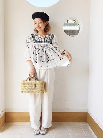 刺繍の素敵なトップスに、シンプルな太めパンツを合わせて。刺繍の黒とお揃いのベレー帽をプラスしてより統一感を。差し色にもなるかごバッグは、モノトーンなナチュラルコーデにぴったりです。