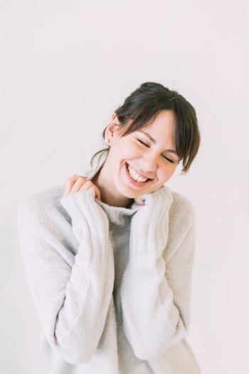 普段から感情を表に出す練習をすることで、自然に笑顔を作れるようになるでしょう。「少しオーバーかな?」と感じるぐらが◎