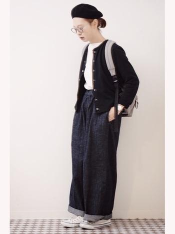 カーデとベレー帽でパリな着こなしに。太めのデニムとスニーカーを合わせても上品なニュアンスがあるのでボーイッシュになりすぎません。+めがねで知的さもプラス。