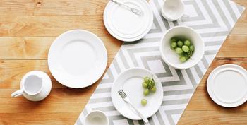 テーブルの真ん中に手ぬぐいを敷けば、素敵なテーブルセンターに。花瓶やキャンドルなどを飾って、食卓を華やかにコーディネートできますよ。季節や気分に合わせて柄を変えるのも楽しいですね。食器との相性でデザインを選ぶのも◎