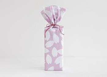 手ぬぐいを包装紙のようにラッピングに使うこともできます。ちょっとしたものでも、手ぬぐいで包めば心のこもった贈り物に。包む時に失敗しても包装紙みたいにシワになりにくいので、やり直せるのが便利なところ。