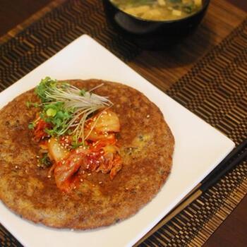 卵と冷やごはんを混ぜて焼くだけの簡単チヂミ風。味付けもしていますが、キムチと一緒に韓国のりで巻いて食べるとさらに美味しい♪時間がないときでもパパッと作れる手軽さが嬉しいですね。