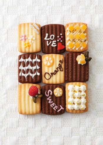 シンプルなクッキーやビスケットに、チョコペンでメッセージを書いたり、生クリームを絞ったりフルーツを乗せたら、オリジナルのクッキーの完成。お菓子をキャンバスに見立てて自由に楽しみましょう♪