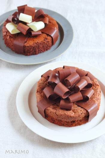 ケーキをチョコレートのリボンで包んだプレゼントのようなデコレーション。実は使っているのはチョコレートだけ。プロのようなクオリティですが、温度調節をしっかりと守ればおうちでも作ることができます。シンプルなケーキもエレンガントで美しいケーキになりますよ。