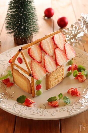 市販のカステラをカットして土台を作り、屋根にいちご、ドアや窓を市販のお菓子でデコレーションしています。遊び心のあるお菓子のおうちは、みんなが喜ぶ顔が目に浮かびますね!