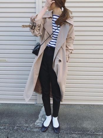 明るいベージュのトレンチコートに、ボーダーのカットソーと黒スキニーを合わせたシンプルカジュアルスタイル。トップスや靴下などで白の割合を増やすことで、ベーシックなアイテムも爽やかな印象になります。