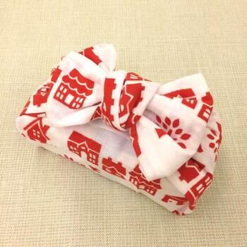 こちらの包み方は、お弁当にも使える方法。リボン結びに仕上げられるのがポイントで、持ち手代わりにもなりますよ。お花やメッセージカードを差して渡すのも素敵です。