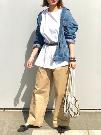 ライトブルーや白、ベージュなど明るい色でまとめた春らしいスタイリング。リラックス感のあるシンプルスタイルですが、袖のロールアップやインナーのウエストマークなど着こなし技が光ります。