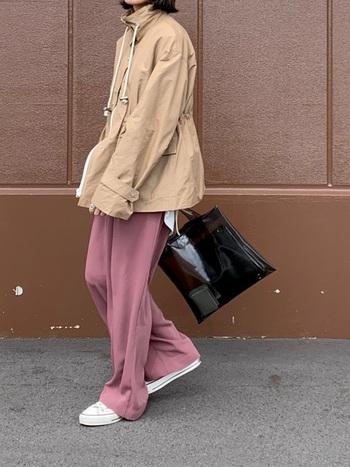 オーバーサイスのマウンテンパーカ―に、落ち感のあるワイドパンツを合わせた個性の光るスタイル。黒のPVCバッグをチョイスして、よりトレンドライクな印象に仕上げています。