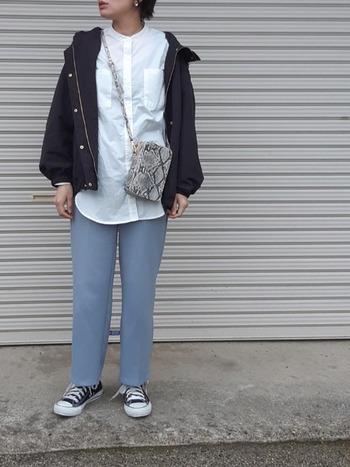 カジュアルなマウンテンパーカ―にシャツとスラックスを合わせた大人シンプルコーデ。パンツの淡いブルーがより一層春らしさを引き立てます。