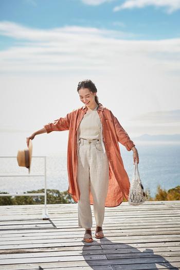 春風にふわりと揺れるリネンのシャツワンピース。身幅がたっぷりとしたワイドなシルエットで、さらりと一枚で着ても、羽織としても着られる使い勝手の良いアイテムです。優しい色味のオレンジカラーで、コーディネートに差し色をプラス。