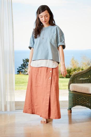 コーディネートを選ばず着られる、ふんわりとしたAラインのフレアスカート。サイドのボタンがポイントになった一枚です。
