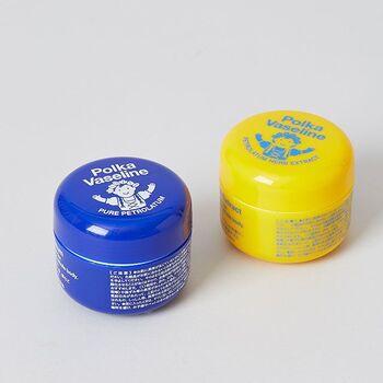 手や足はもちろん、かかとや全身の乾燥が気になる部分に使える、ポーランドの白色ワセリン。テクスチャーもやわらかく伸びが良いので少量でもきちんと保湿ケアできちゃいます。かわいいビジュアルは、ちょっとしたプレゼントにもぴったり。無香料、無着色のピュアタイプ(紫色)と、カモミールの香りのハーブエキス配合(黄色)の2種類から選べます。