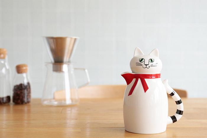 スウェーデンを代表する陶芸作家リサ・ラーソンが80年代に手がけたヴィンテージ作品の復刻版「fia(フィア)」。ピンと伸びた耳に、キリッとした目が愛らしく、首元に巻いたリボンとしましまのしっぽがオシャレな白猫ちゃんです。キッチンや食器棚、台所など、フィアがいるだけでいつもの食卓がパッと華やかになりそう。