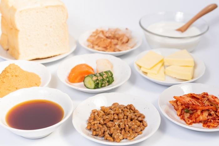 """「発酵食品」とは、目に見えない微生物(麹菌、酵母菌、納豆菌、酢酸菌など)の働きを応用することによって、栄養価・うま味成分が増し、保存性を高めた食品のこと。発酵食品はまさしく""""微生物の恵み""""ですね。"""