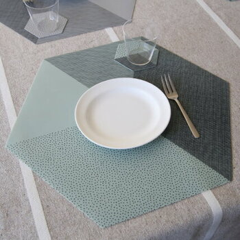 甘すぎないデザインと、他ではあまり見かけない六角形のカタチが特徴的なプレイスマット。普段使いのお皿の下に敷くだけなのに、いつもの食卓がちょっと違って見える洒落たマットです。