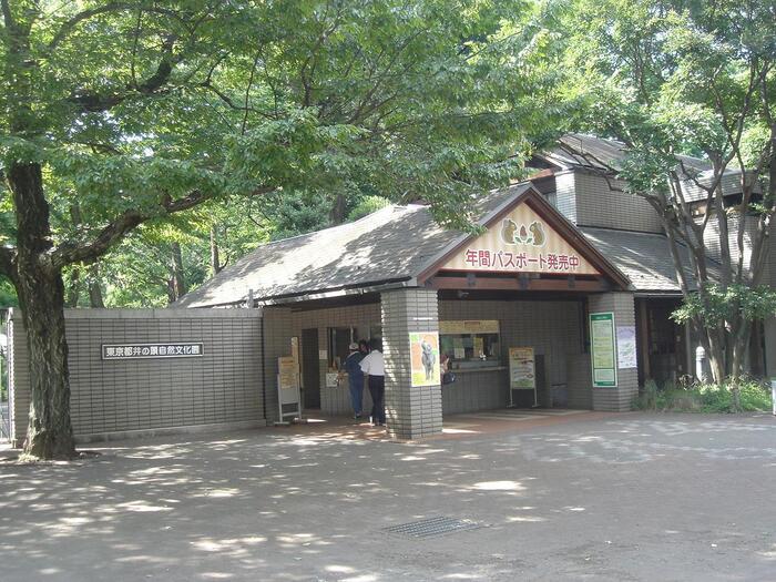 「井の頭自然文化園」は1942年に開園した井の頭公園にある動物園です。麻子が散歩で訪れる場所として登場しています。
