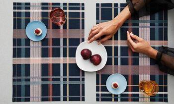 落ち着いた色合いのチェックは、モダンでシックな雰囲気。テーブルを大人っぽい雰囲気に変えてくれます。
