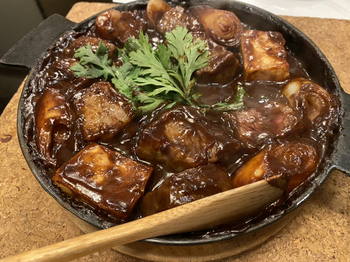 ぐつぐつと煮えたら、生卵を絡めていただきましょう。やわらかな牛肉とお味噌のコク、卵のまろやかさが合わさって何とも贅沢な味わい。記念日やお祝いごとなど、ちょっと特別なランチを楽しみたい日にいかがですか?