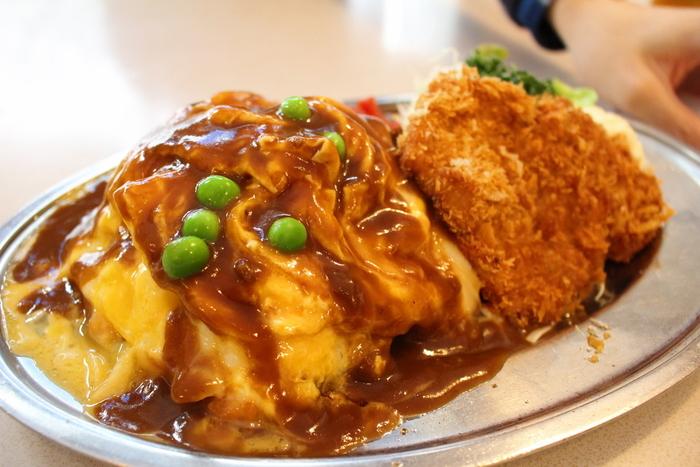人気の洋食を一度に食べたい方は「特製浜ランチ」がおすすめ。チキンライスをふんわり卵で包んだオムライスと、チキンカツ、サラダがステンレスのレトロなプレートに盛り付けられボリューム満点。ランチメニューは5種類あり、ディナータイムにも注文できますよ。