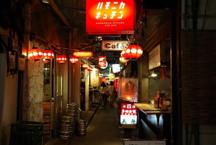 昭和の香りただようハーモニカ横丁は、夜に灯りがともると雰囲気が出ますね。