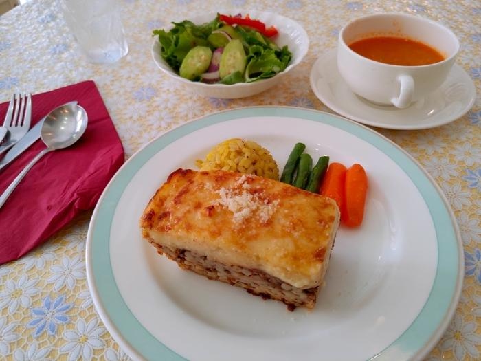 ギリシャ料理を初めて食べる方におすすめなのが、「パスティチョ」です。ラザニアをギリシャ風にしたお料理で、ひき肉とパスタを層にしてオーブンで焼き上げています。ジューシーなお肉とチーズのコクが濃厚で、ボリュームのあるランチです。