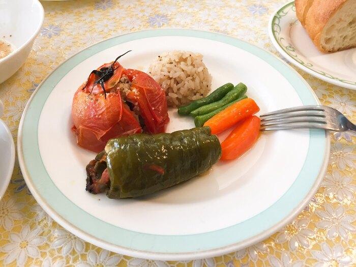 トマトとピーマンの中に、ぎっしりとお肉やごはんが詰まったギリシャの家庭料理「イョミスタ」もランチにおすすめ。お野菜の甘みや旨みがお米にしみこんだ、あっさりとした味わいです。ギリシャ料理はオリーブオイルやレモンを多く使うのが特徴で、初めての方でも食べやすいお料理ばかり。