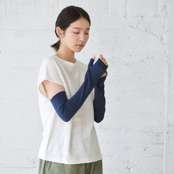 紫外線を99.5%カットできる頼もしいアイテムです。絹が使われており、肌触りが良くて汗をかく夏も快適に使えます。手の甲までしっかりカバーしてくれるのもgood!紫外線をとにかく防ぎたい!という方におすすめです。