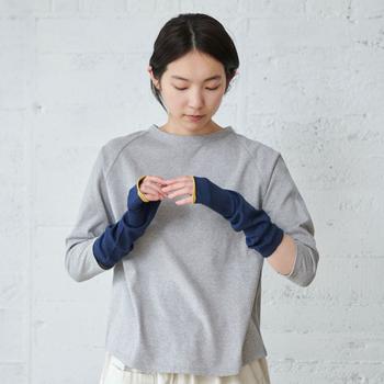 こちらは長さが約32cmのショートサイズ。肘までカバーしてくれます。5分袖や7分袖の服を着る時に使いやすい長さですね。