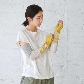 ナイロンや綿などを配合した生地で、柔らかな質感のアームカバーです。色や柄が4つに分かれているのがおしゃれですね♪どれも優しい色合いで、ファッションの一部として身につけやすいアイテムです。
