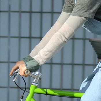 写真は落ち着いたグリーンです。自転車に乗る時は結構日差しを浴びるので、アームカバーと帽子でしっかりガードしましょう!