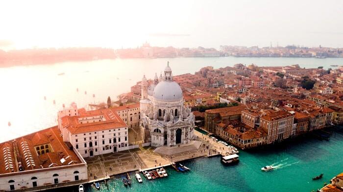 劇中には、美しい北イタリアの風景も描かれています。