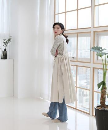 ワンピースって体型に合わせたサイズ選びが難しい…と思いますが、エプロンワンピは肩紐やサイドを自分で調節できるデザインも多いので気軽に着られます。 こちらのデザインは、ウエスト部分のシャーリングでサイズ感の調整ができますよ。