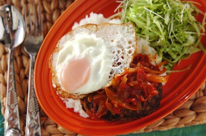 ハワイの定番、ロコモコ。基本的には、ごはんに、ハンバーグとソース、目玉焼きを添えた料理です。  こちらは、それを丼にしたおしゃれな一品。半熟の目玉焼きと一緒に召し上がってみてくださいね!