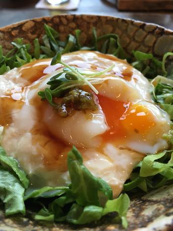 温泉卵と湯波を絡めると、やわらかい食感が口いっぱいに広がります。お刺身や煮物で食べるイメージの湯波の新しいおいしさを発見できますよ。盛り付けもおしゃれで、和食材の湯波の雰囲気をがらりと変えてくれますね。