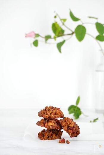 アーモンドの香ばしさとザクザクとした食感を楽しむクッキー。アーモンドは細かく砕きすぎないのがポイント。