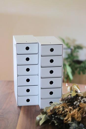 ファイルボックスと同じ高さで並べて使いやすい小物収納ボックスも、小物収納に人気です。  各インナーケースに仕切り板が1枚付いているので、細かな仕分けも可能。