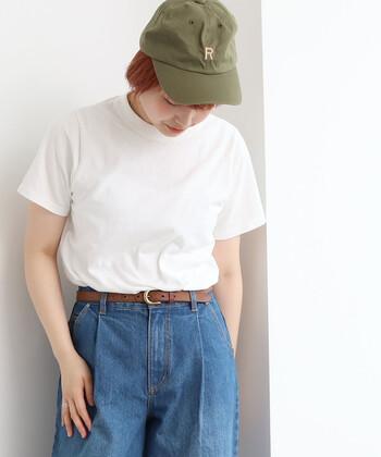 シンプルなTシャツと合わせるだけで、メンズライクなカジュアルコーデが完成。キュートなアルファベット刺繍がかわいいアクセントに。